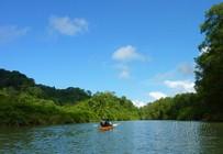 Paddeln mit dem Kajak auf einem Fluss in Costa Rica