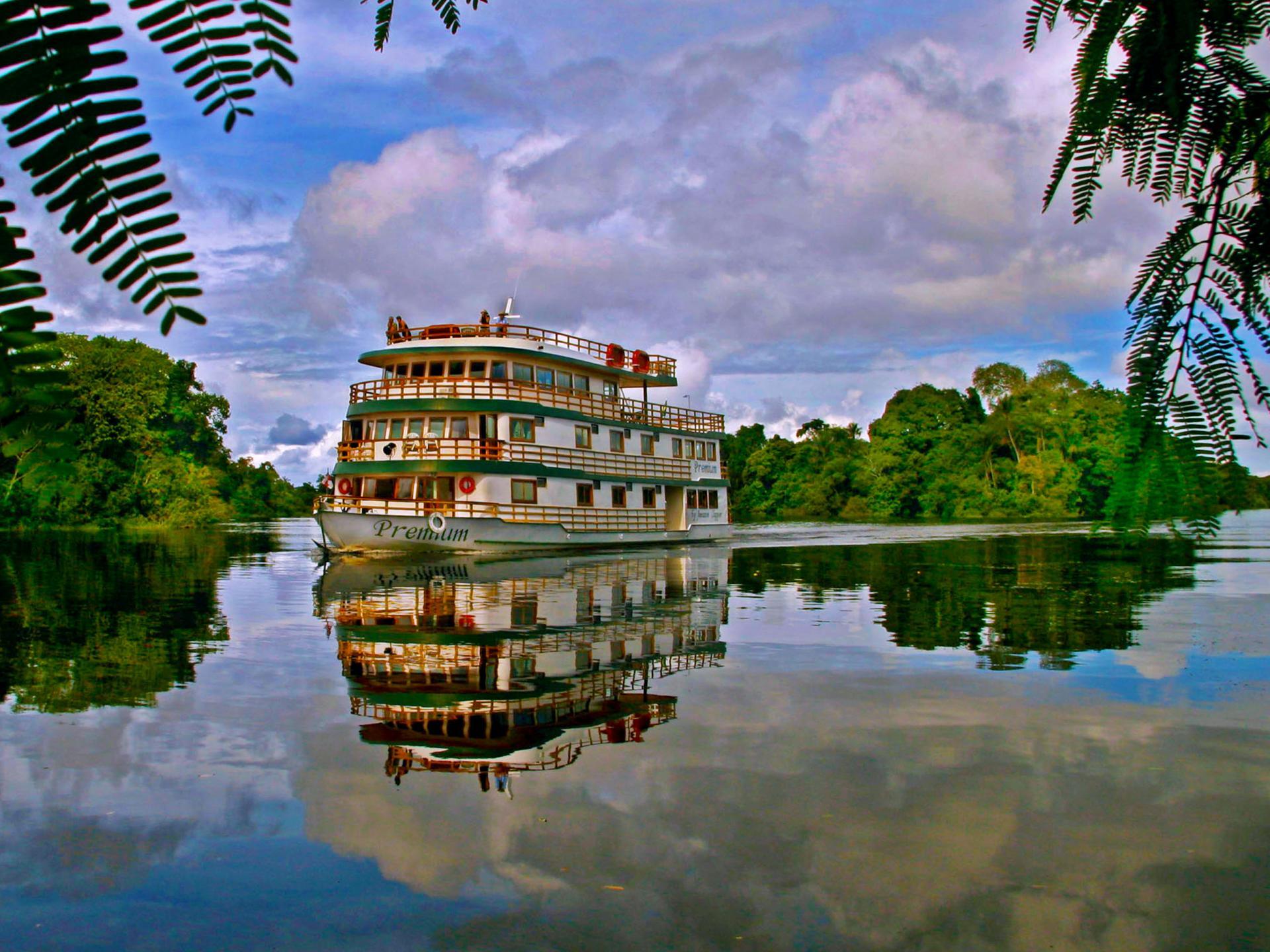 Kreuzfahrtschiff auf dem Amazonas in Brasilien