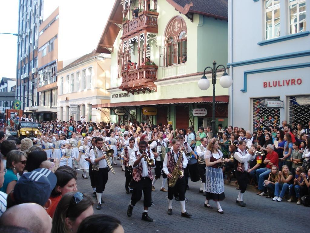 Festlicher Oktoberfest Umzug in Trachten in Blumenau