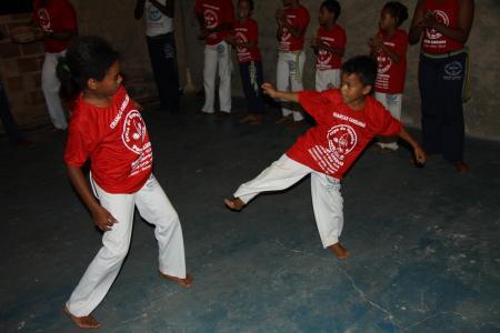Zwei Kinder kämpfen in Capoeira Runde in Imbassai