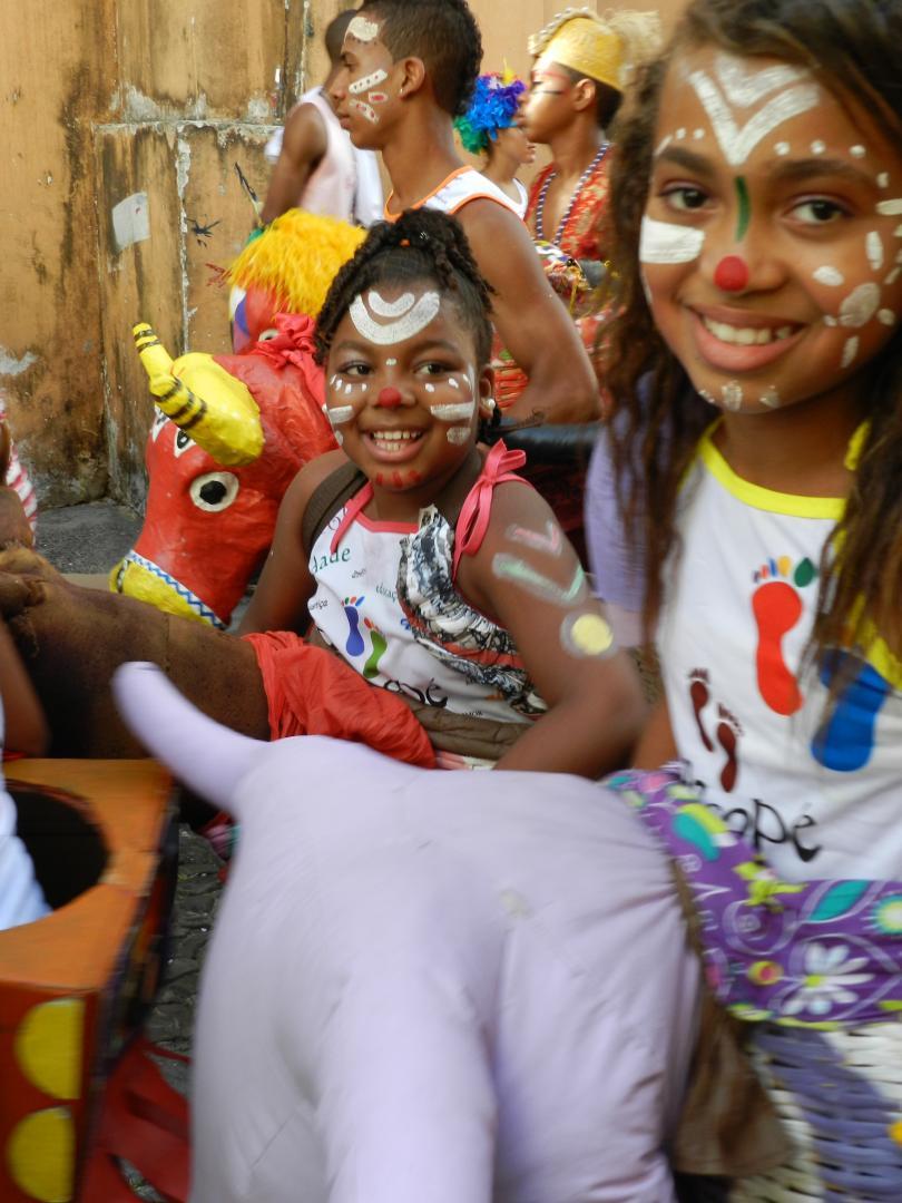 Kinder feiern Straßenkarneval in Salvador