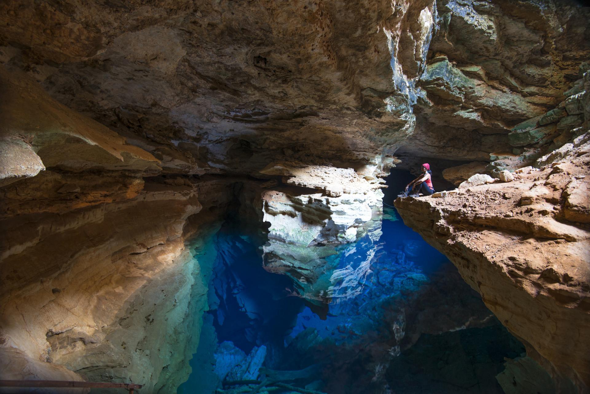 Meditierende Touristin in einer Grotte der Chapada Diamantina