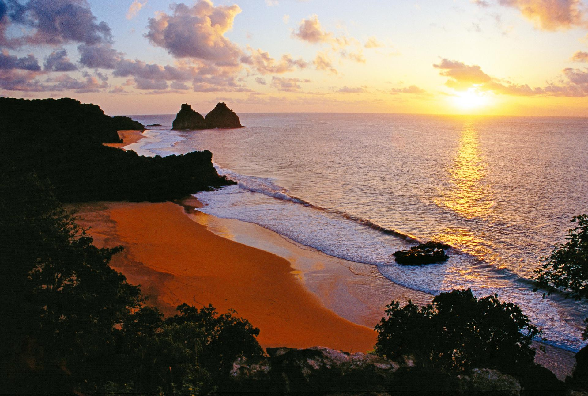 Sonnenuntergang auf der romantischen Insel Fernando de Noronha
