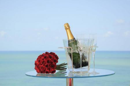 Nach der Hochzeit in Brasilien: Sekt und Rosen am Strand