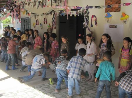 Traditionell verkleidete Kinder bei einer festa junina