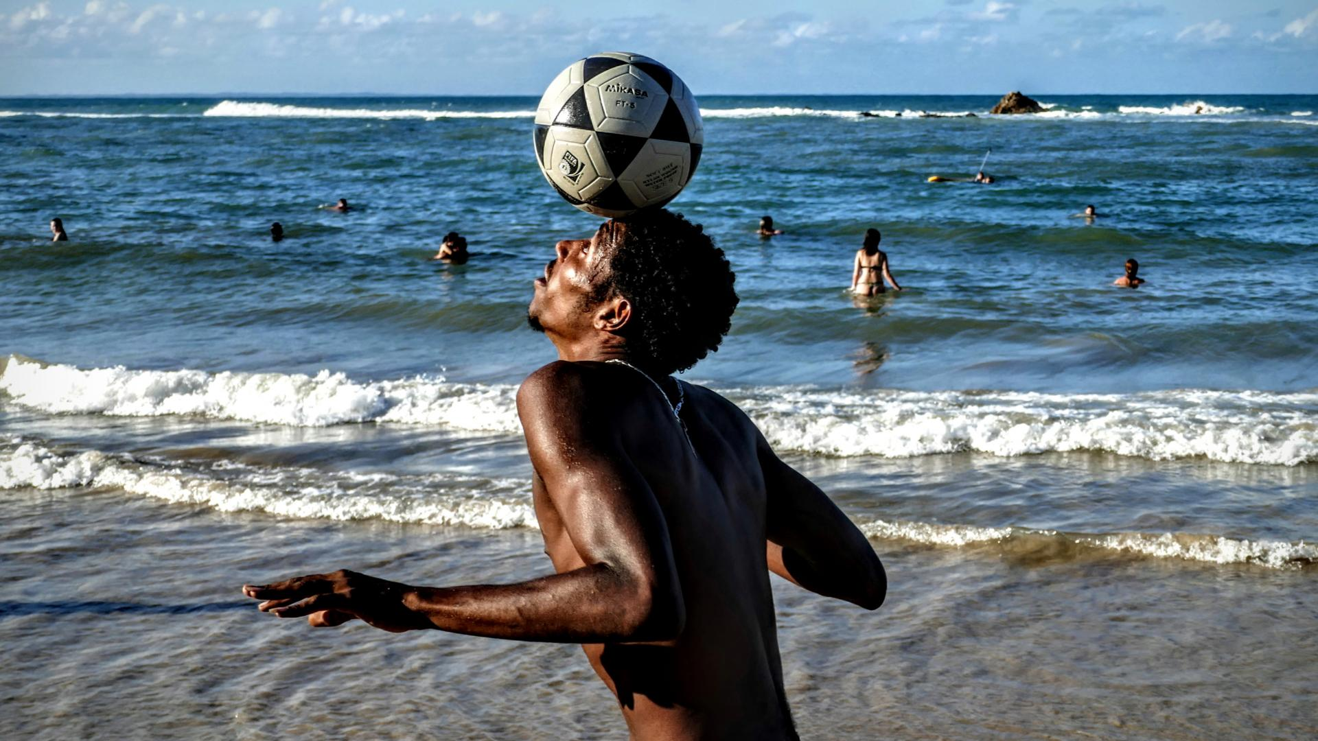 Fußballer am Strand in Brasilien