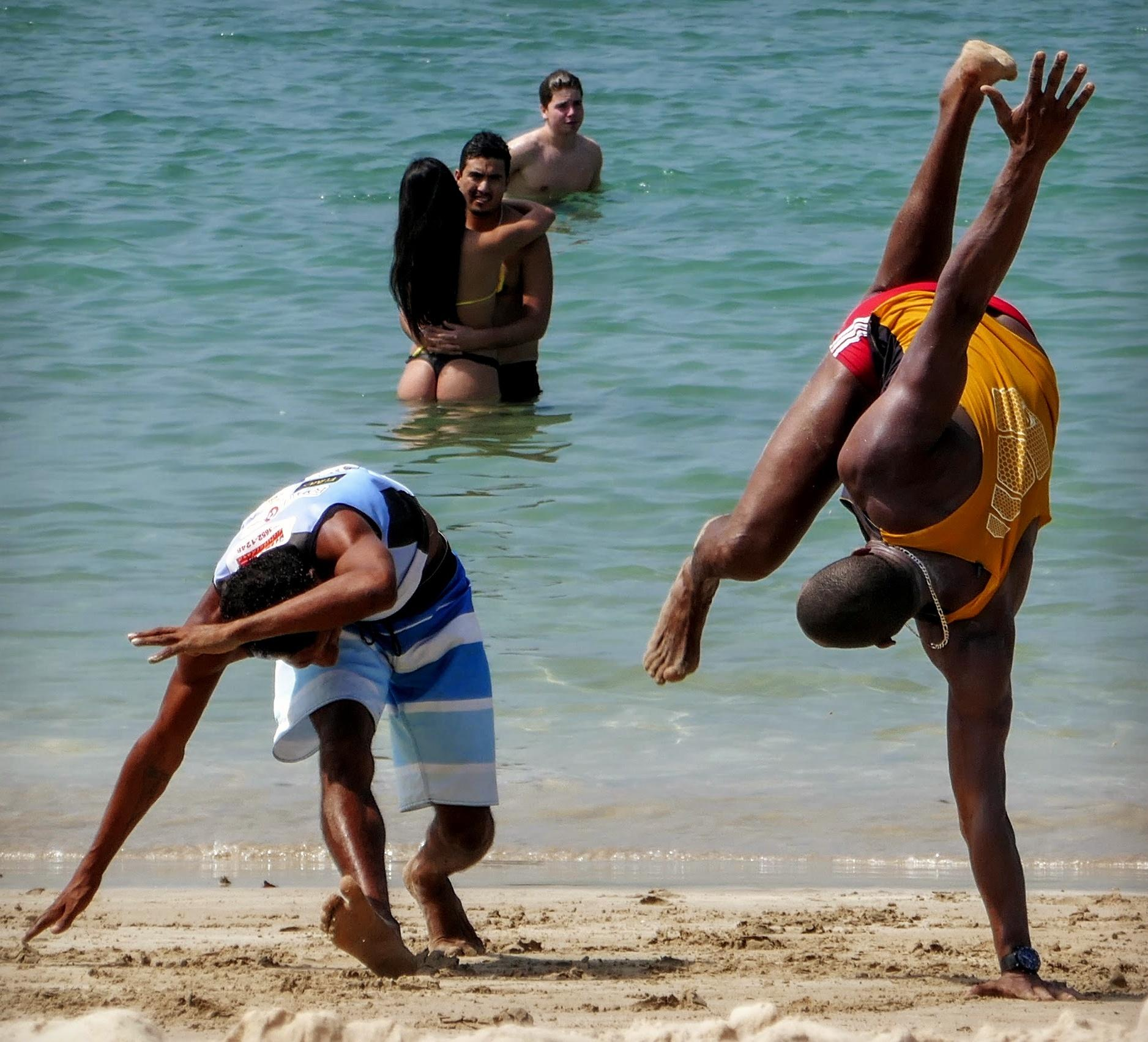 Brasilianische Tänze: Capoeira am Strand