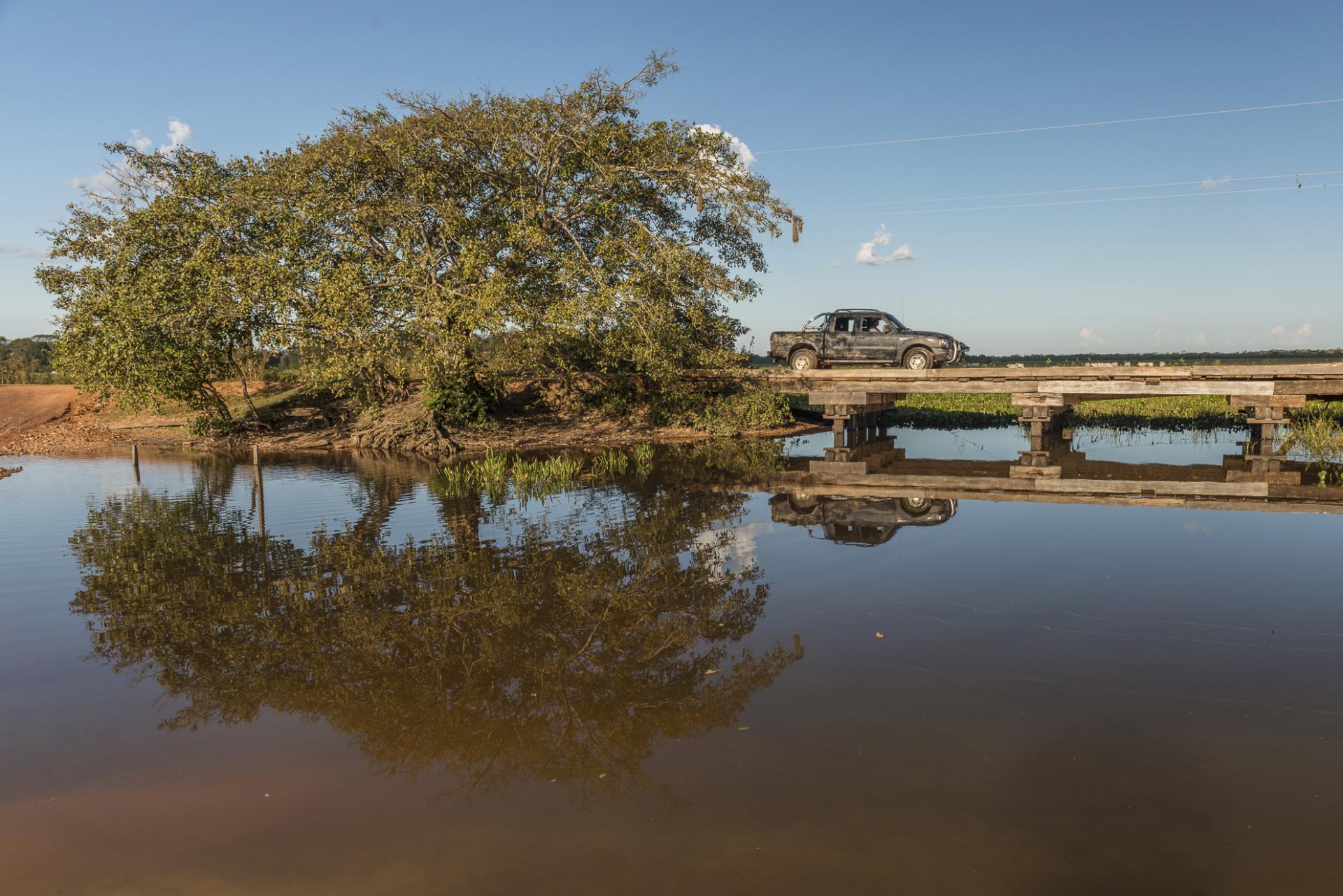 Auto auf einer Brücke im Nord-Pantanal