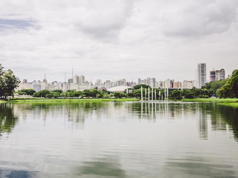 Fontäne im See des Ibirapuera Parks, Skyline von Sao Paulo im Hintergrund