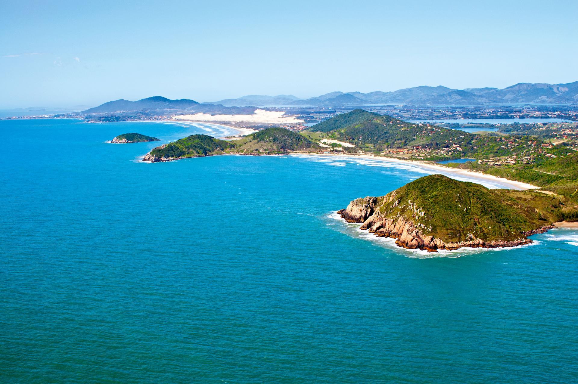Blick aus der Luft auf die Praia do Rosa