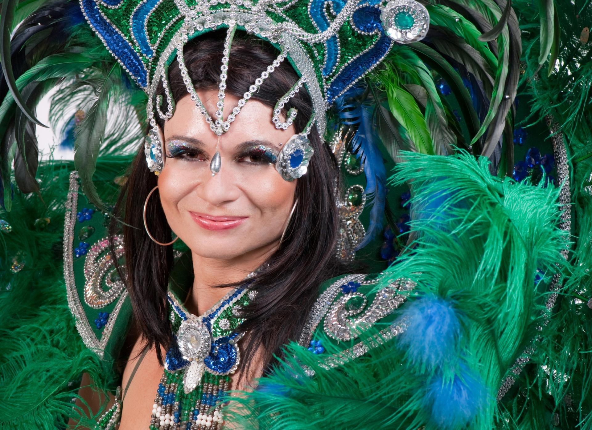 Prachtvoll verkleidete Sambatänzerin in Rio de Janeiro