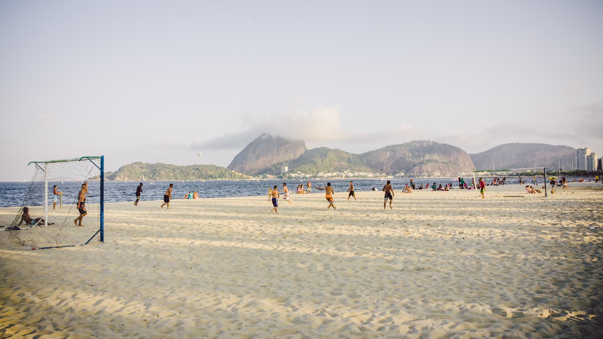 Fußballspieler am Strand von Rio de Janeiro