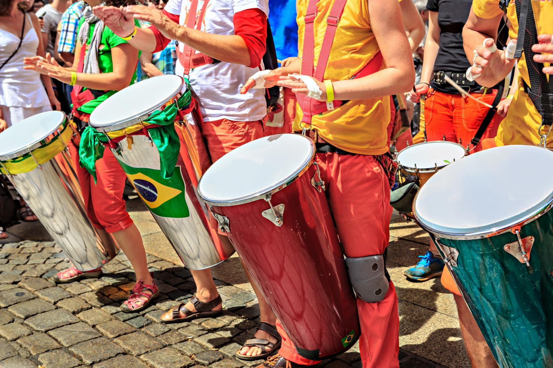 Sambaparade mit großen Trommeln in Rio de Janeiro