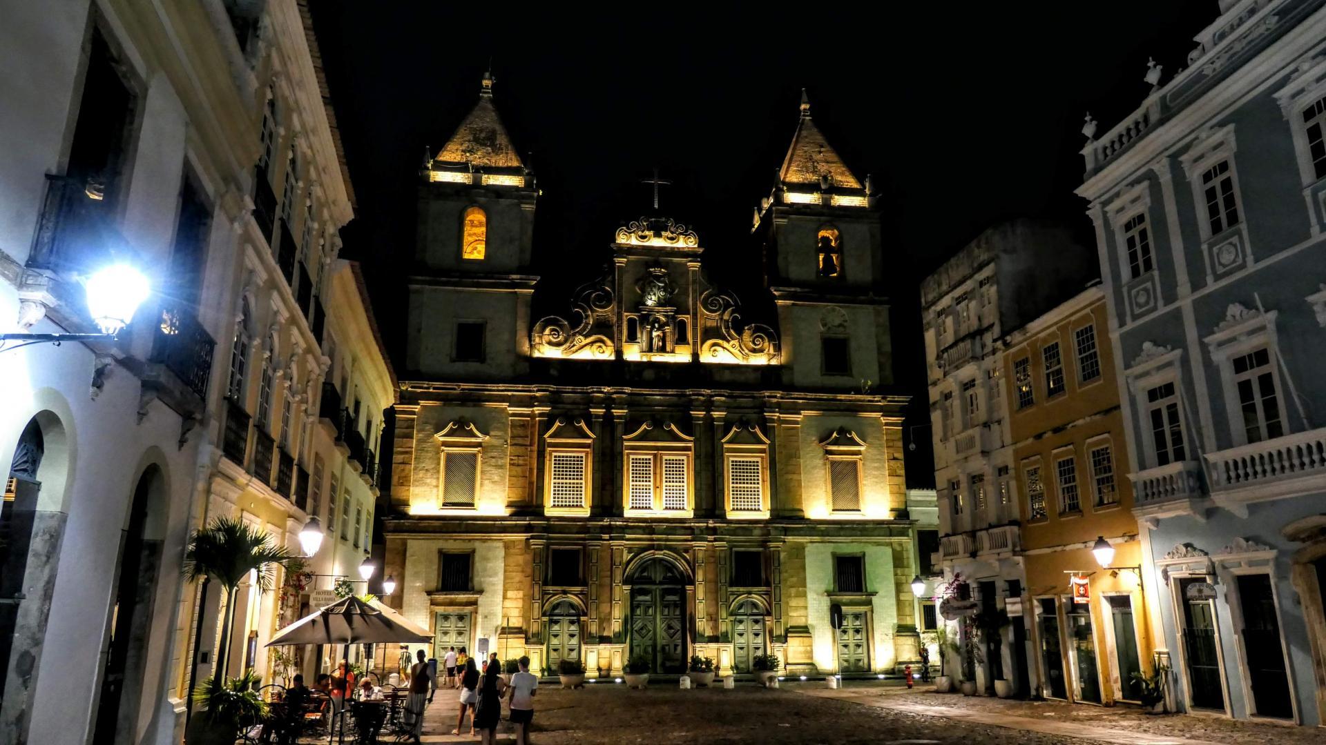 Weihnachtsstimmung in Salvador: des nachts festlich beleuchtete Kirche