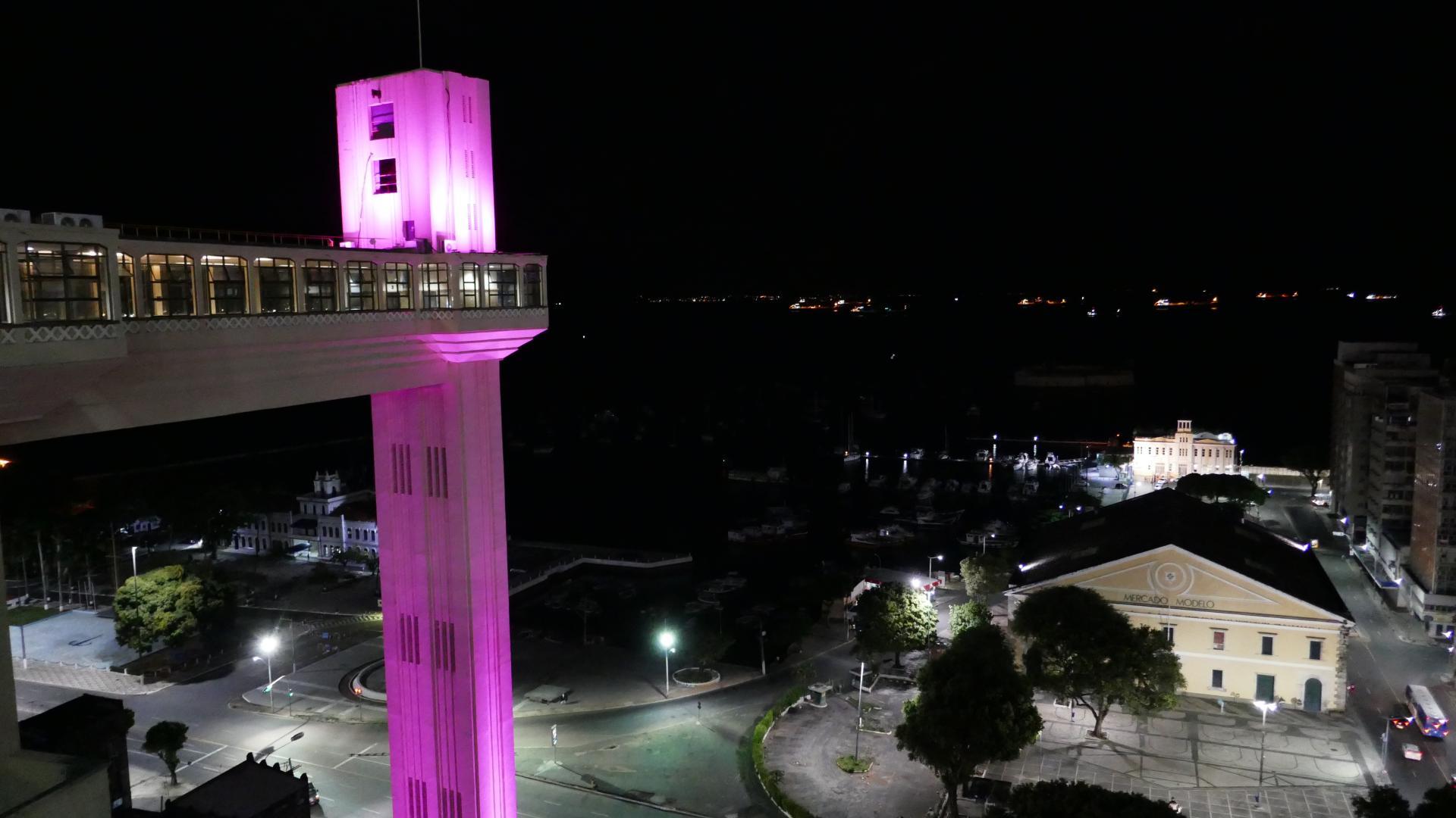 Lacerda Aufzug und Markthalle in Salvador im Dunklen festlich beleuchtet