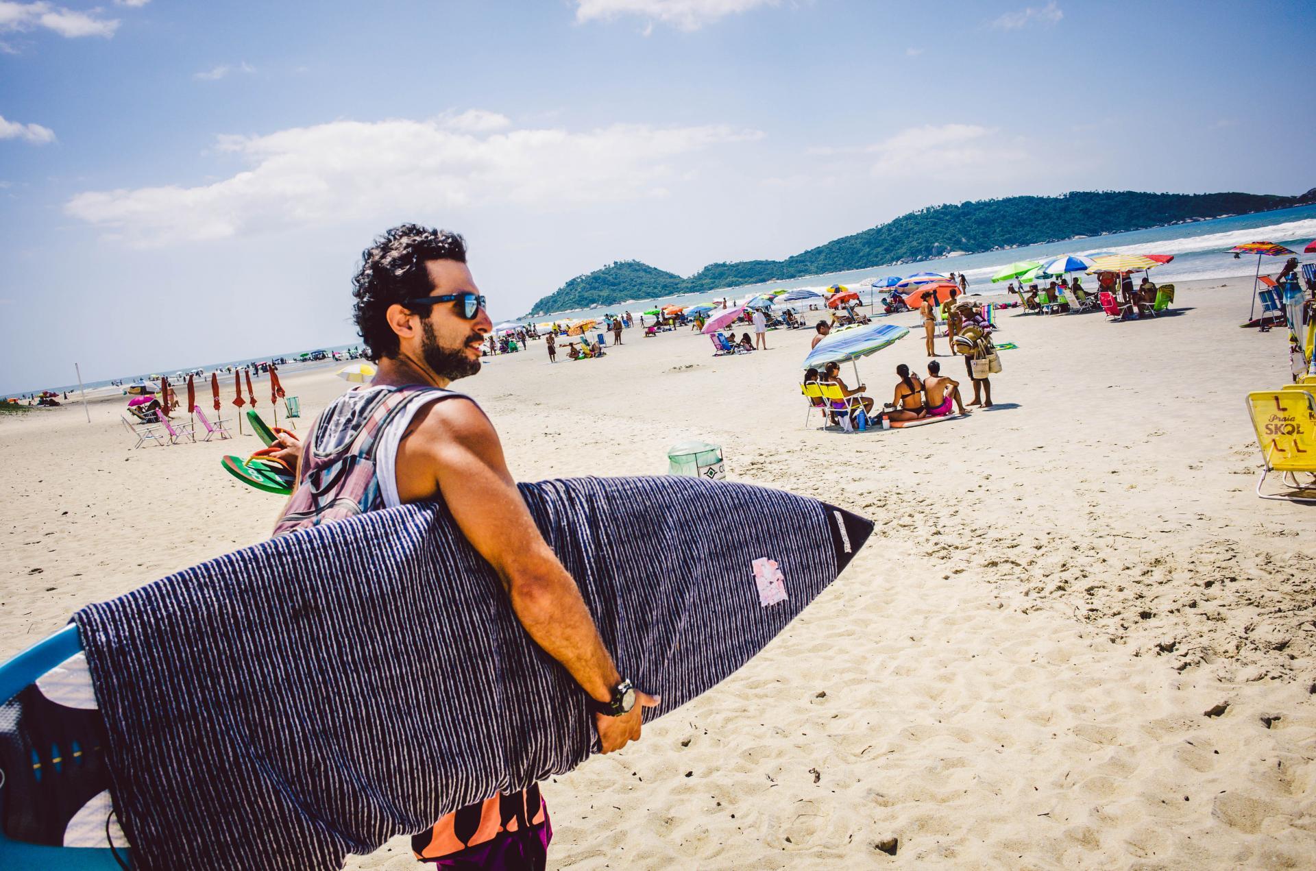 Surfer am Strand von Campeche in Florianopolis