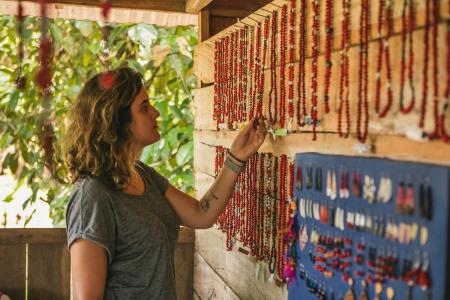 Eine Touristin schaut sich verschiedene Ketten an