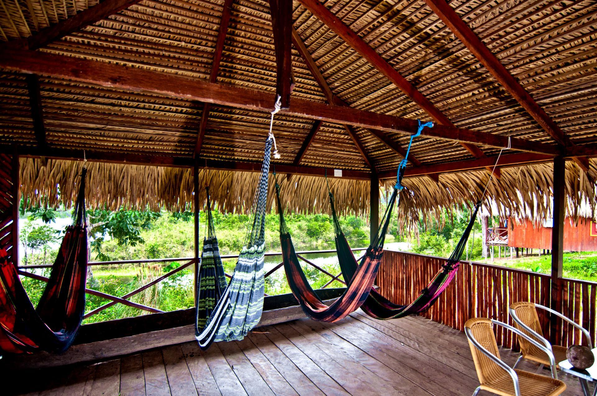 Hängematten zum Entspannen für Gäste der Amazon Turtle Lodge