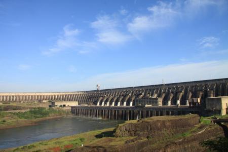 Das Wasserkraftwerk Itaipu steht für erneuerbare Energien in Brasilien