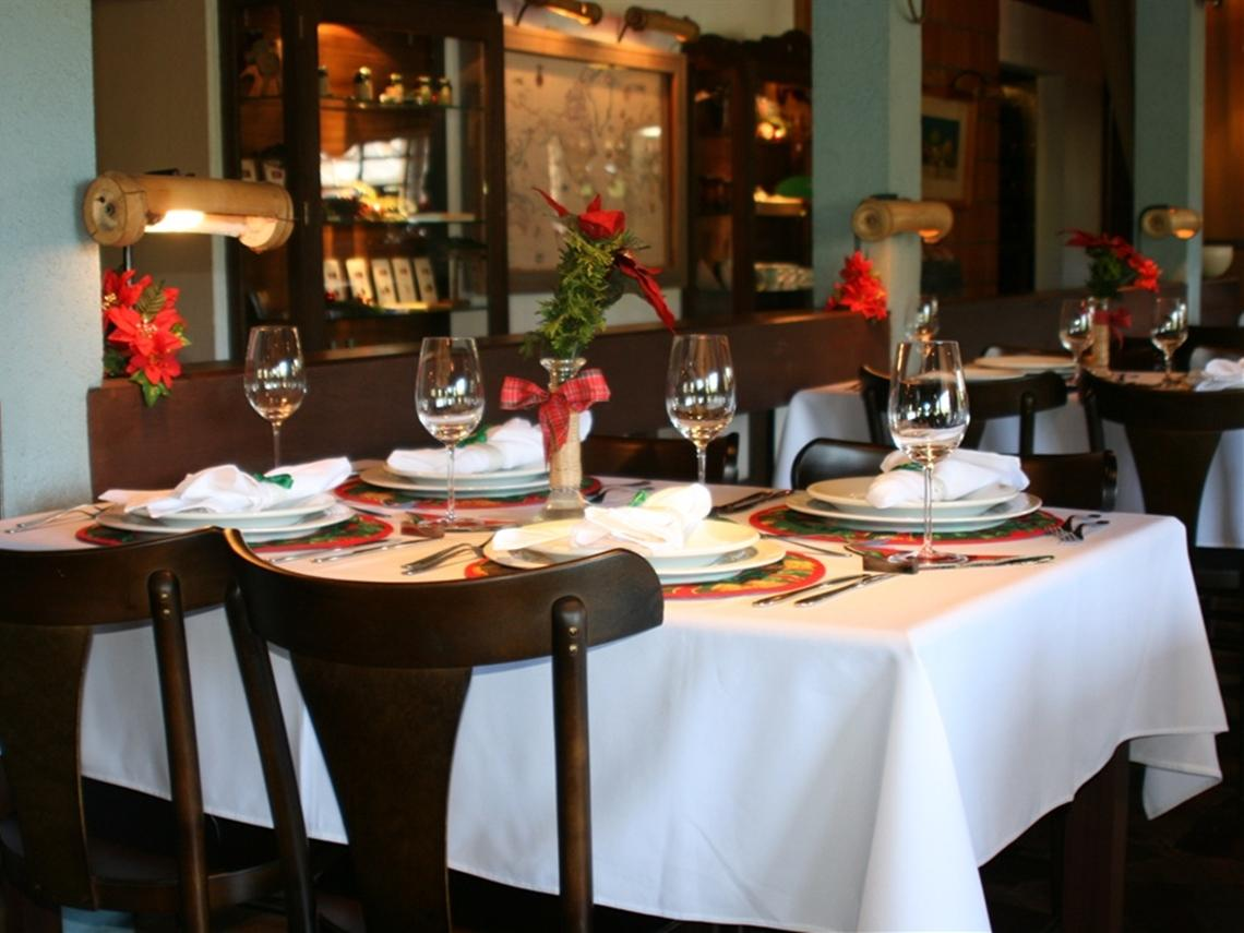 Mit Weingläsern gedeckter Tisch