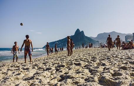 Fußballspielen am Strand von Rio