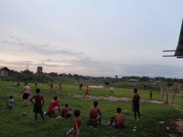 Fußballspiel am Rande des Amazonas