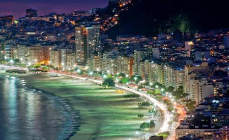 Rios Copacabana Strand bei Nacht und beleuchtet