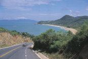 Straße begrenzt von Küste und Atlantischem Regenwald