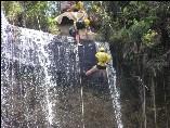 Abseilen an einem Wasserfall