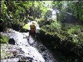 Abseilen entlang einer nassen Felswand