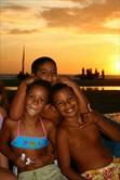 Drei junge Brasilianer strahlen um die Wette