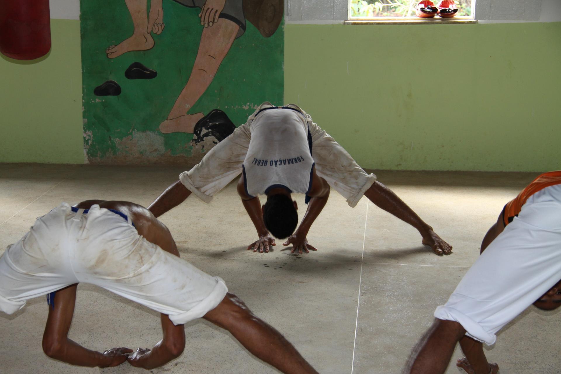 Drei Capoeiratänzer in Aktion