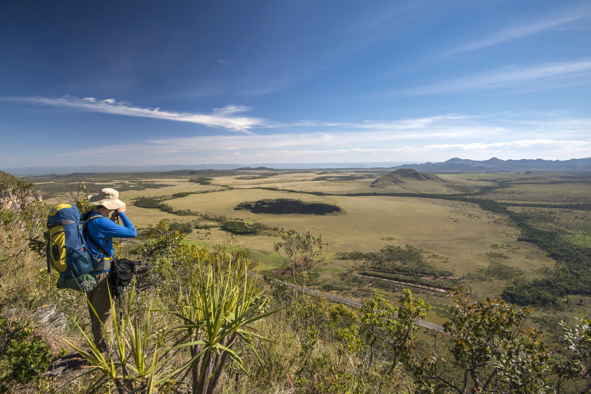 Eco-Tourist genießt die weitläufige Aussicht in der Chapada dos Veadeiros