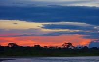 Sonnenuntergang über dem Amazonas Regenwald in Ecuador