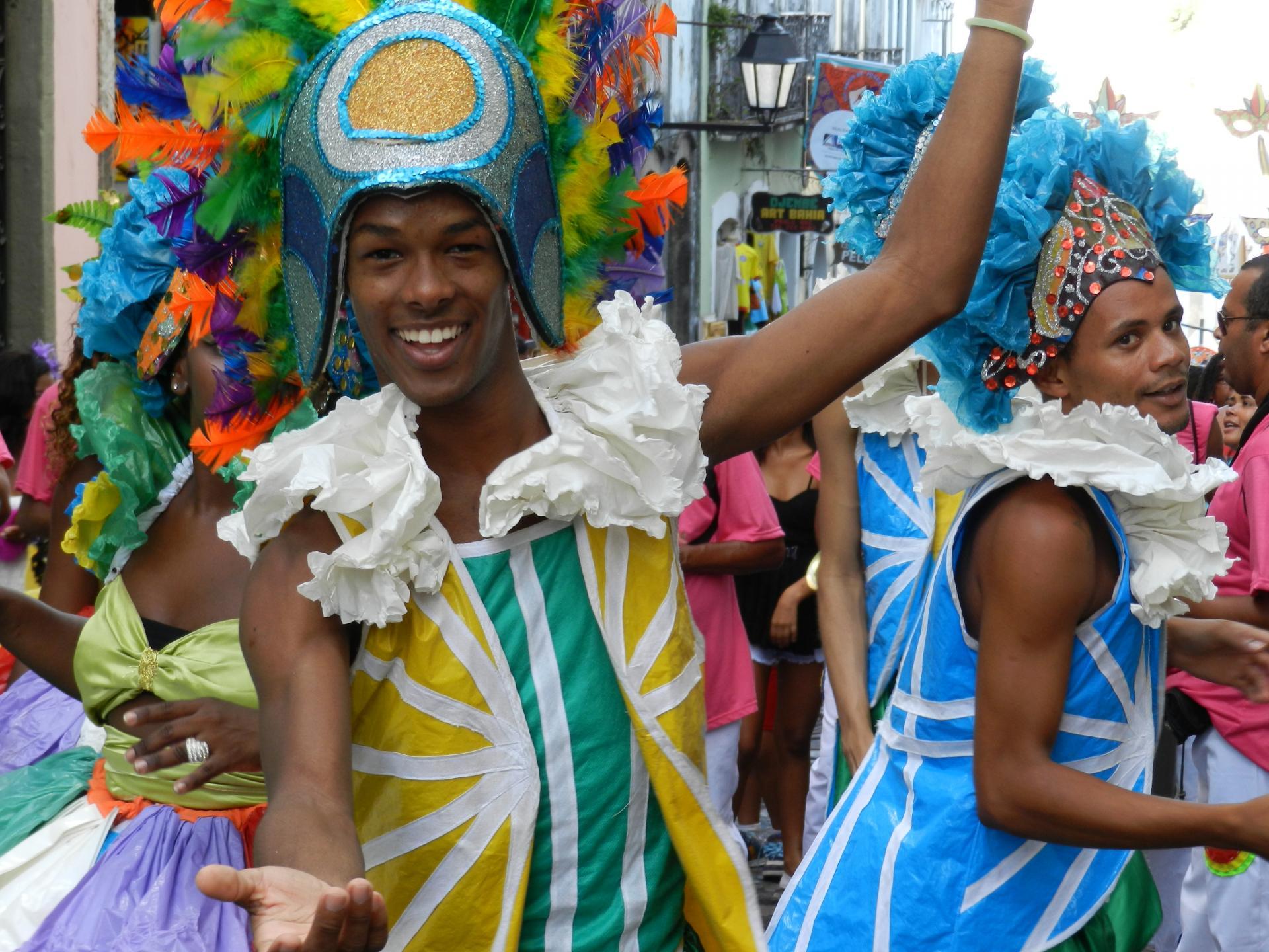 Zwei verkleidete Männer strahlen glücklich im Straßenkarneval-Event in Salvador da Bahia