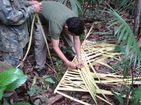 Herstellung eines Dachs aus Palmenblättern