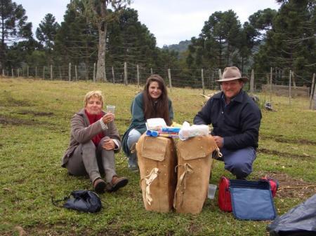Zwei Frauen und ein Mann beim Picknicken