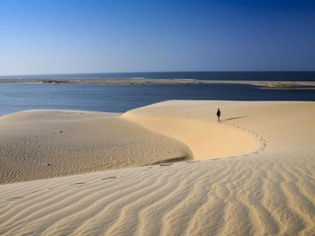 Einsamer Wanderer in den Sanddünen von Jericoacoara
