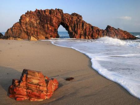 Ausblick auf die durchlöchterte Felsformation Pedra Furada am Strandufer