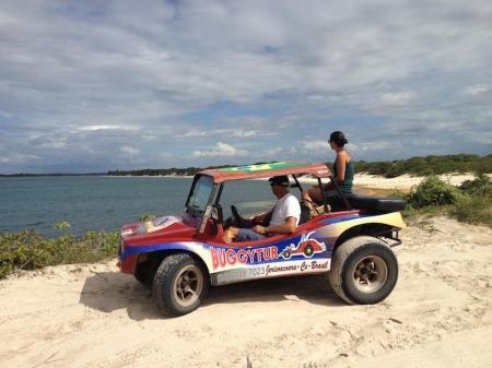 Buggy auf Sanddüne mit Ausblick auf eine Lagune
