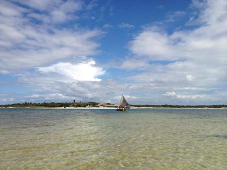 Einsames Segelboot im Meer vor dem Strand