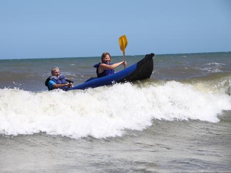 Surfen in einem Wildwasserkajak