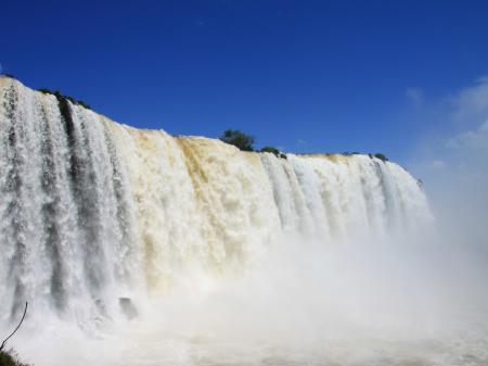 Die Wasserfälle von Iguacu rauschen in die Tiefe