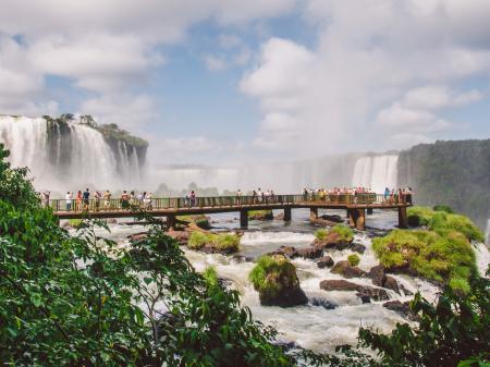 Gäste bestaunen vom Steg aus die Wasserfälle von Iguacu