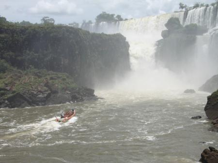 Per Boot den Wasserfällen zum Greifen nah