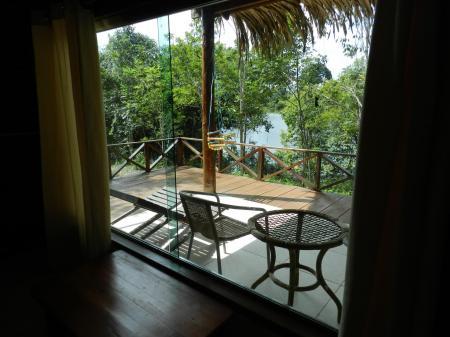 Turtle Lodge: Blick aus einem Bungalow auf die Terrasse mit Stühlen