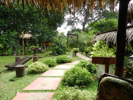 Turtle Lodge: Grüner Garten und Wanderweg