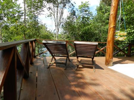 Zwei Holzliegestühle auf der Terrasse eines Bungalows der Turtle Lodge