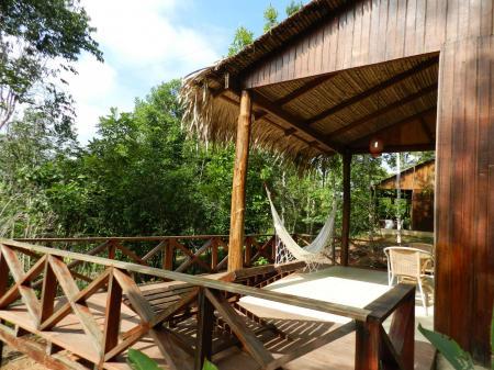Terrasse mit Hängematte im Bungalow der Turtle Lodge