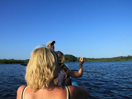 Zwei Frauen im Einbaum gemeinsam mit Ihrem Guide in Boipeba, Bahia